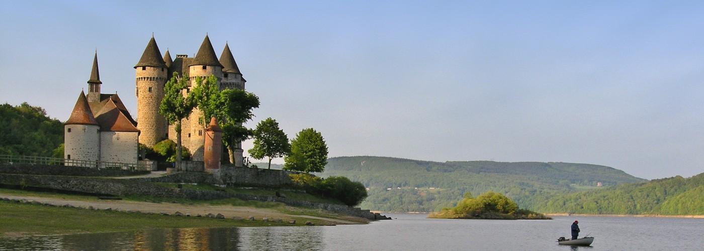 Ch+óteau-de-Val-avec-p+¬cheur-sur-le-lac-(Photo-Josselin-Mathiaud---ADRT-Corr+¿ze)